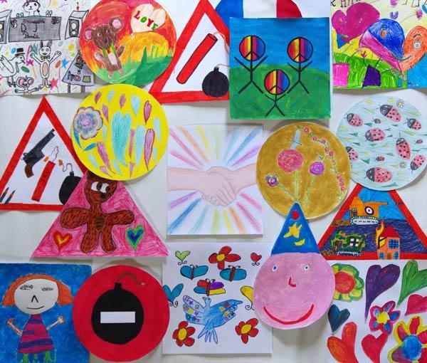 Les élèves de l'atelier d'Art ont décidé de présenter leurs dessins sous la forme simplifiée de panneaux de signalisation ainsi ils ont pu s'exprimer individuellement pour ensuite rassembler toutes les productions et de ne faire qu'un. (Élèves entre5 ans et 12 ans,  Atelier d'Art -Verdun)
